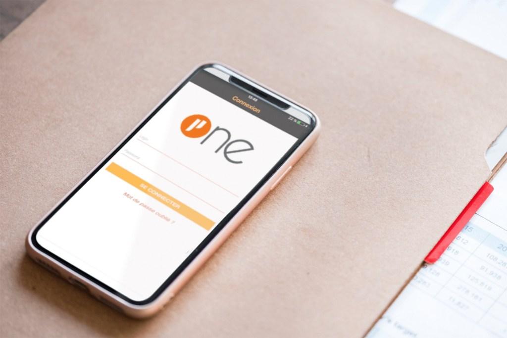Téléphone mobile posée sur une pochette avec écran de connexion de Prium One