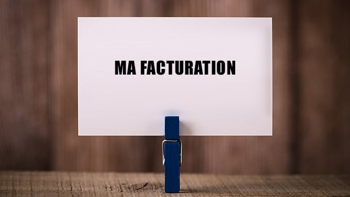 Pince à linge tenant une carte avec l'inscription « Ma facturation »