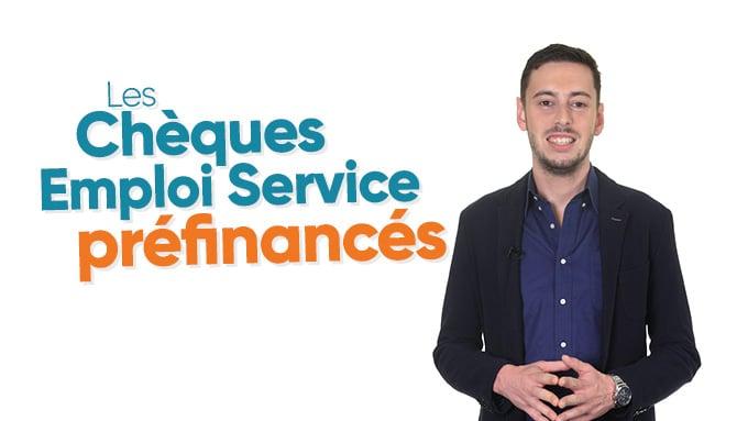 Homme présentant les chèques emploi service préfinancés