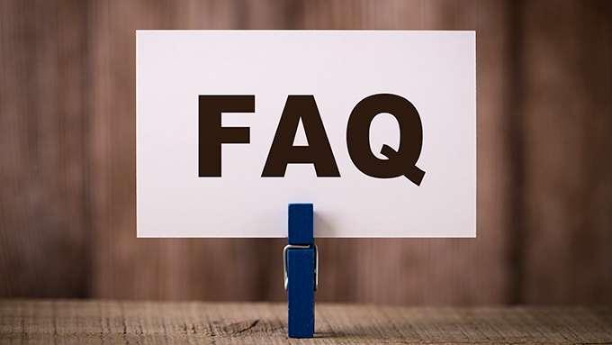 Pince à linge tenant une carte avec l'inscription « FAQ »
