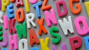 Lettres affichées sur un mur
