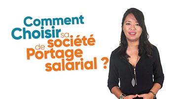 Femme présentant les critères pour choisir sa société de Portage salarial