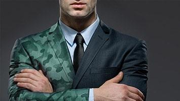 Homme dont le côté droit est en costume et le côté gauche en uniforme militaire