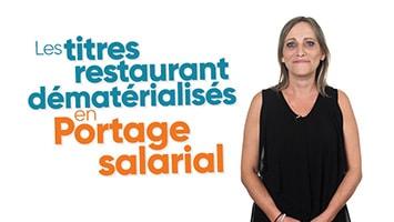 Femme présentant les titres restaurant dématérialisés en Portage salarial