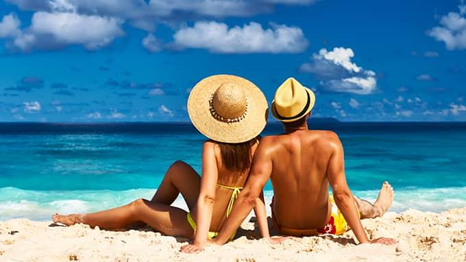 Les congés payés en Portage salarial avec un homme et une femme sur une plage