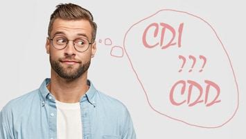 """homme avec une bulle """"CDI ou CDD"""""""
