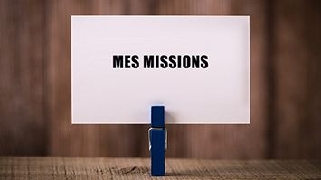 Pince à linge debout tenant une carte avec l'inscription « Mes missions »