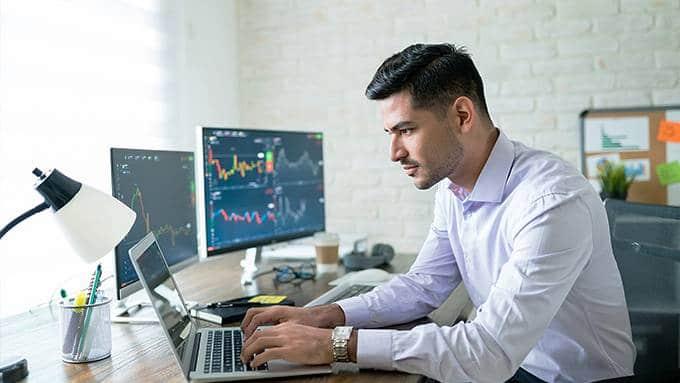 Un homme au bureau devant son ordinateur portable