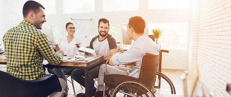 Un groupe de salariés dont un en fauteuil roulant