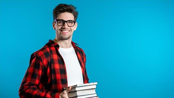 Homme à lunette porte des livres à la main
