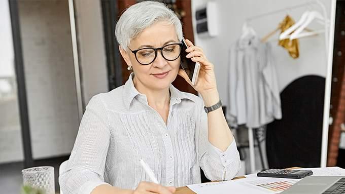 Femme au téléphone écrit sur son cahier