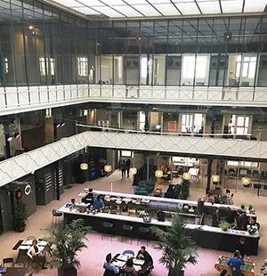 """Intérieur du bâtiment """"Halle Héméra"""" à Bordeaux."""