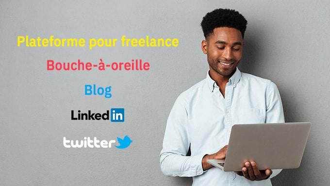 """Nuage de mots """"Platerforme pour freelance"""", """"Bouche-à-oreille"""", """"Blog"""", """"Linkedin"""", """"Twitter"""" sont sur un fond gris. Un homme souriant, debout, pianote sur son ordinateur portable."""