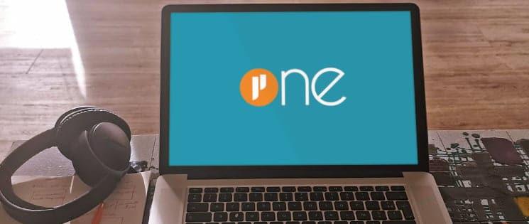 Un ordinateur portable affiche à l'écran le logo Prium ONE