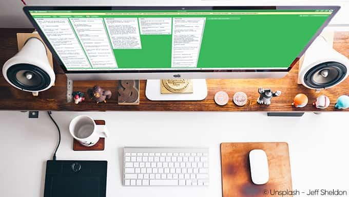 Bureau de travail : écran d'ordinateur affichant un tableau de travail, un clavier et une souris