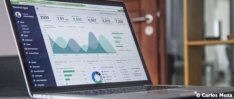 Sur l'écran d'un ordinateur portable allumé, s'affichent les données d'un utilisateur.