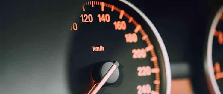 Plan serré sur l'indicateur de vitesse d'une voiture