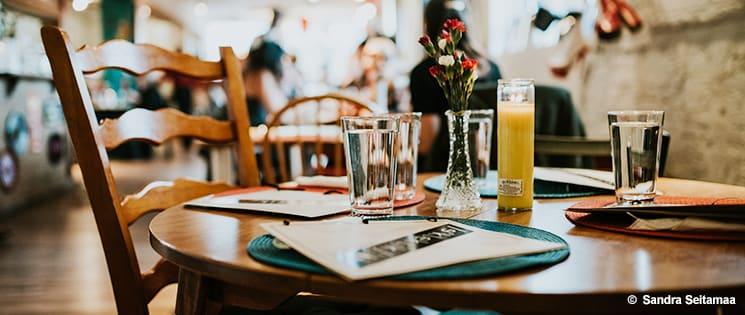 Dans un restaurant, une table et une chaine de restaurant inoccupées.