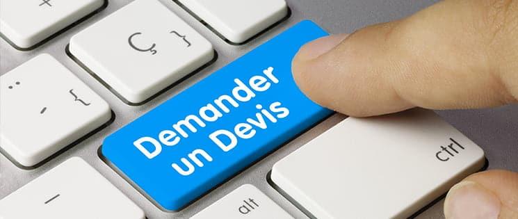 """Un index indique la touche bleu """"Demander un devis"""" d'un clavier d'ordinateur"""