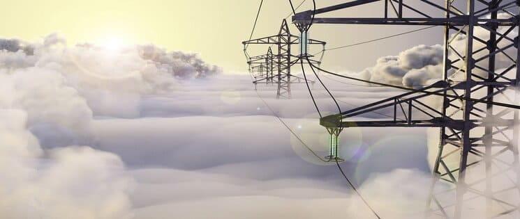 Des pylones électriques au-dessus des nuages
