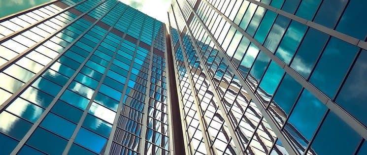 Photo en contre-plongée de deux bâtiments avec des façades en verre
