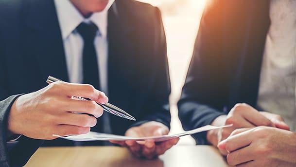 Homme signant un contrat en Portage salarial