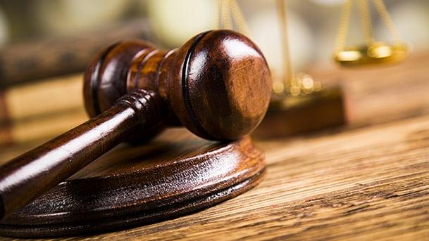Un marteau de justice posé sur son socle